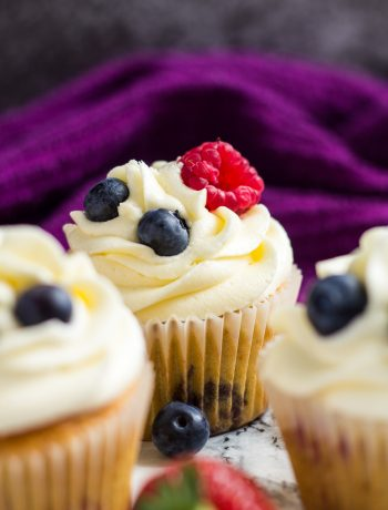Summer Berry Cupcakes | marshasbakingaddiction.com @marshasbakeblog